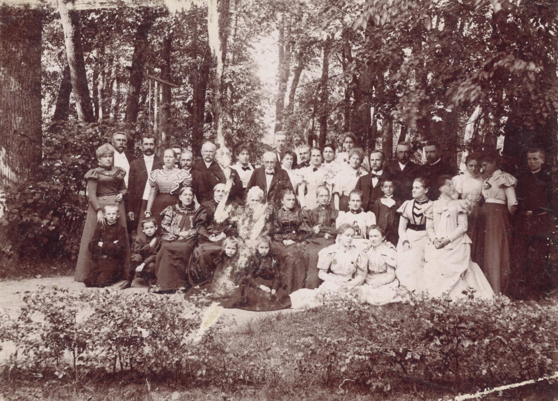 Antanavo dvaro svečiai parke