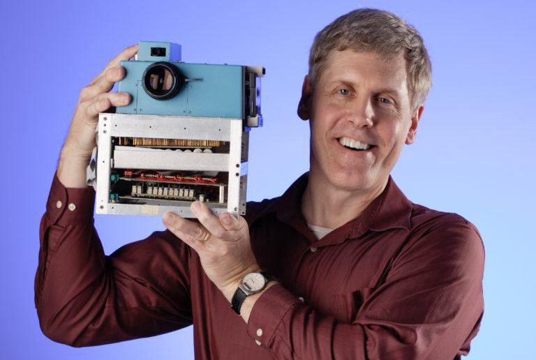 Steve Sasson holding his camera prototype from 1975, source www.diyphotography.net