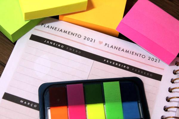 página de um planner da Tilibra de 2021, com post its coloridos ao redor