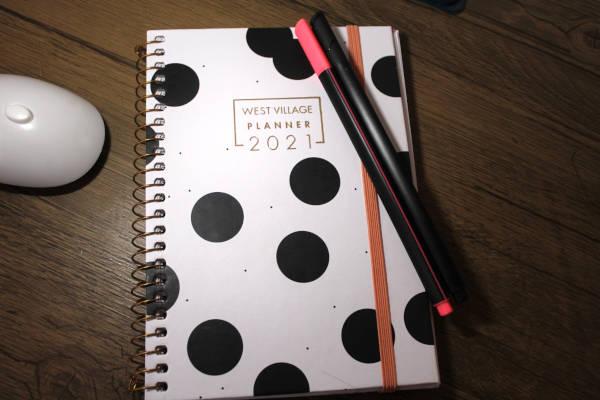 Planner anual da Tilibra com duas canetas coloridas