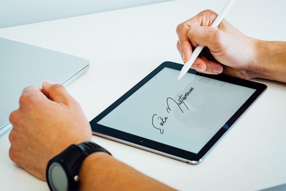 Das Unterschreiben auf einem Tablet-Computer wird oft mit einer gesetzlichen elektronischen Signatur verwechselt. © Unsplash