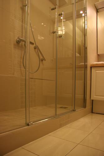 Design Singulier, architecture d'intérieur, salle de bain, grande douche