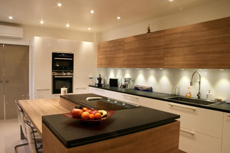 Design Singulier, architecture d'intérieur, cuisine bois, pierre, laque