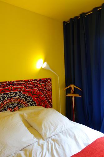 Design Singulier, architecture d'intérieur, chambre jaune et bleu
