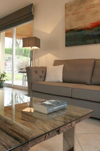 Design Singulier, Architecture d'intérieur, table verre et bois
