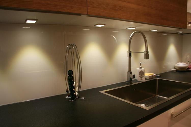 Design Singulier, Architecture d'intérieur, cuisine verre, bois et pierre