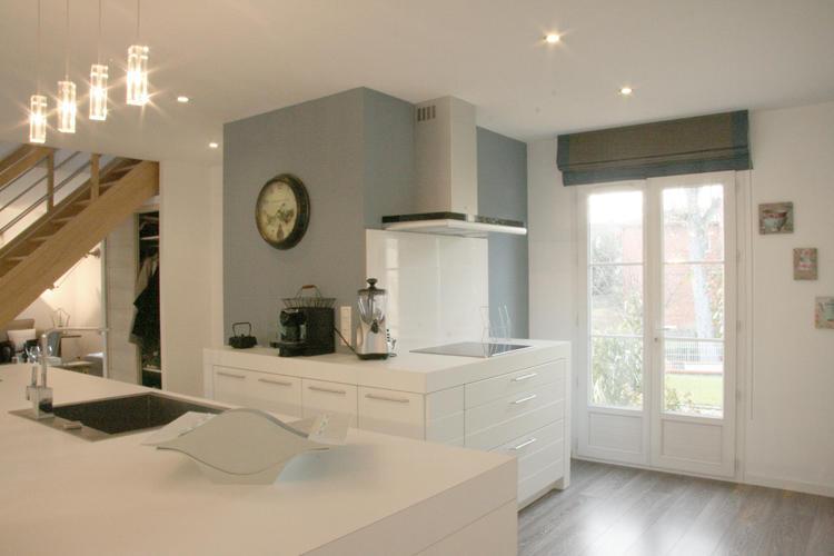 Design Singulier, architecture d'intérieur, cuisine blanche