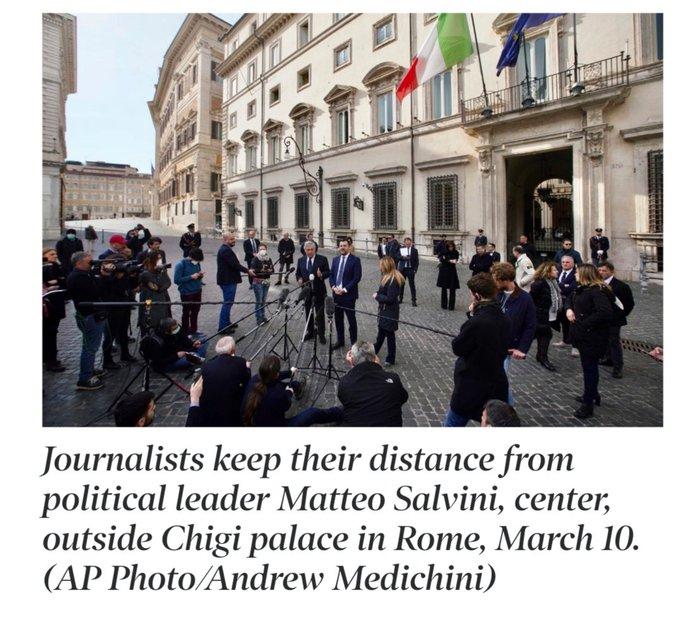 Conferencia de prensa en Roma. Reporteros mantienen distancia.