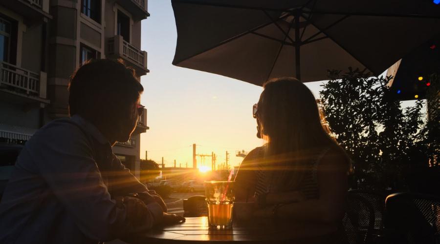 Deux personnes attablées à la terrasse du bar Doxaty