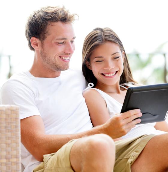 Berufsunfähigkeitsversicherung günstig - Pärchen sucht am Tablet nach günstiger Versicherung
