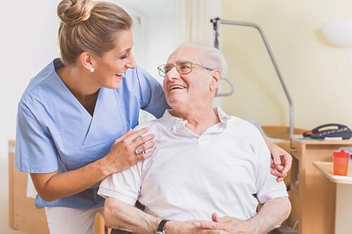 Getsurance Care - Alter Mann wird von junger Frau gepflegt