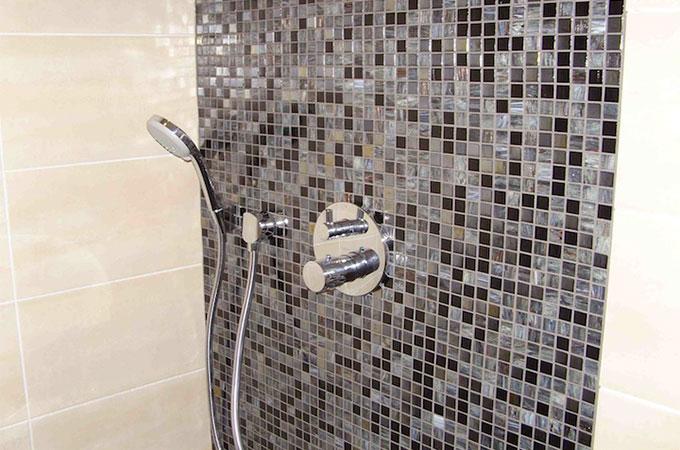 Quel rev tement pour relooker votre salle de bain for Quel artisan pour salle de bain