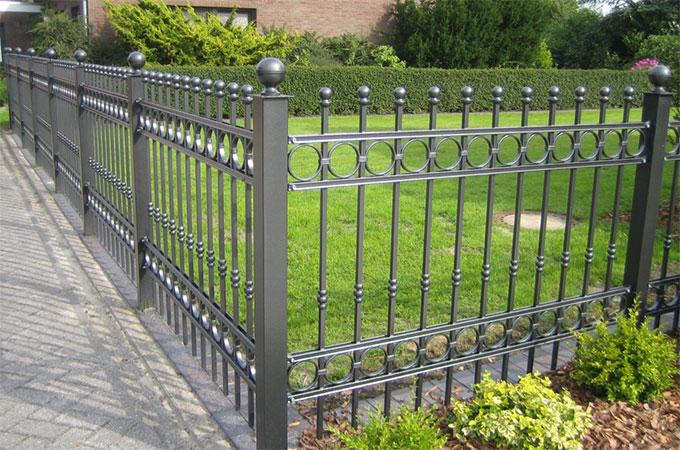 En savoir plus sur les cl tures de jardin en acier ou en for Petit portail fer forge