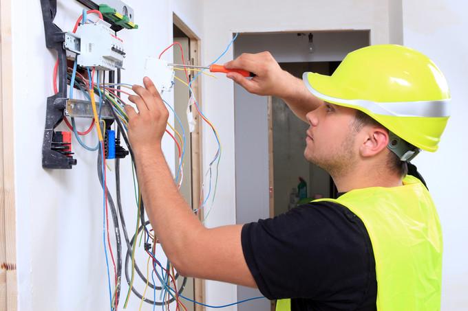 Électricien au travail.