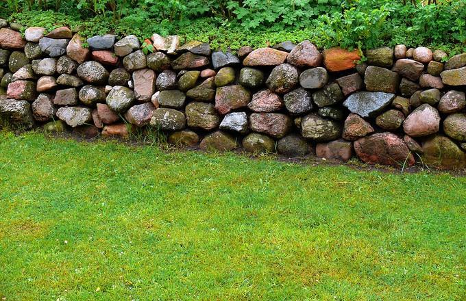 Cr ation d 39 un muret de jardin fonction et mat riaux for Pierres pour muret de jardin