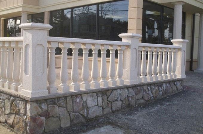 le co t d 39 une balustrade en pierre. Black Bedroom Furniture Sets. Home Design Ideas