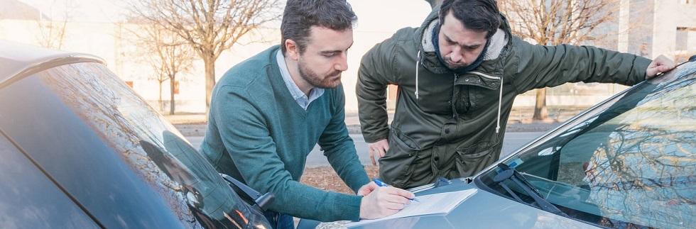 Deux conducteurs signant un constat suite à un accident