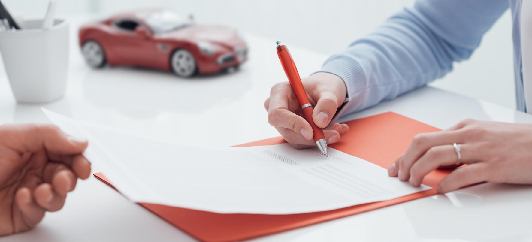 Photographie présentant la signature d'un contrat d'assurance.