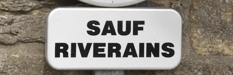 Panneau d 39 interdiction de stationner sauf riverains ornikar for Panneau stationnement interdit devant garage