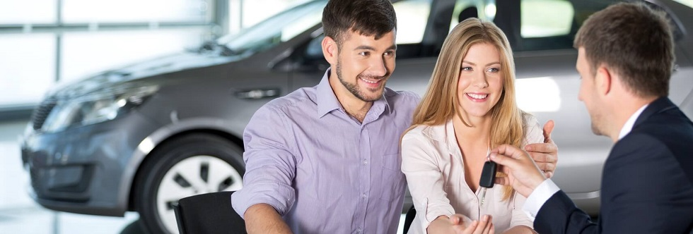 Couple achetant une voiture chez un concessionnaire