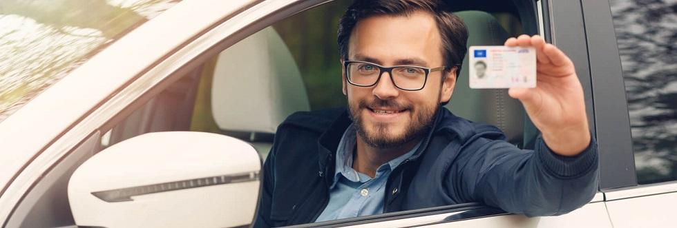 conducteur roulant avec des lunettes de vue