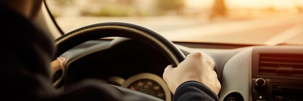photographie des mains d'un usager tenant correctement son volant