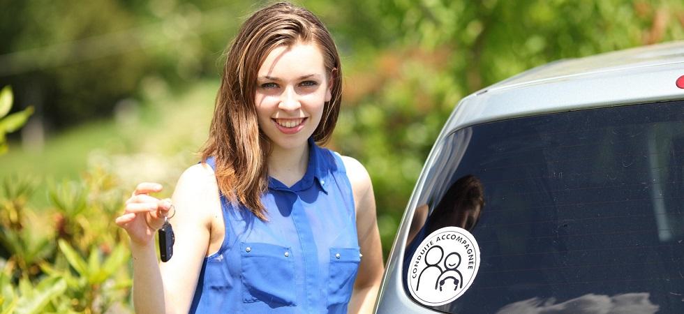 Photographie d'une jeune conductrice suivant une formation anticipée à la conduite