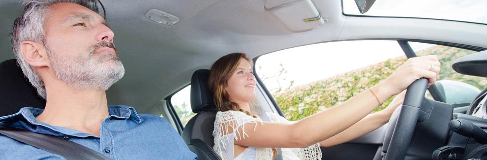 Jeune conductrice et de son accompagnateur