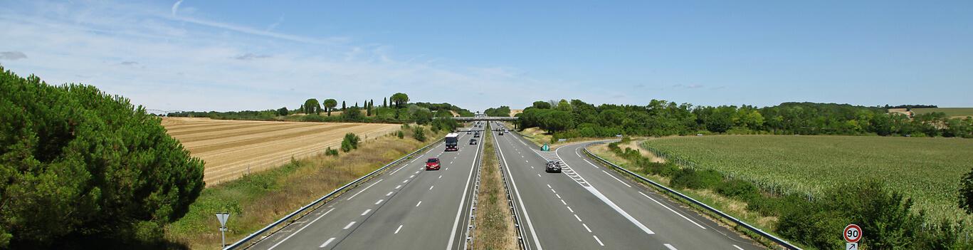 Photographie montrant différentes voies d'autoroute.