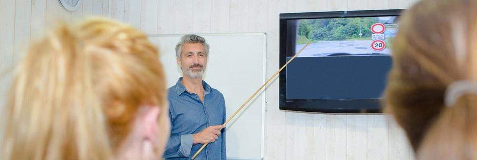 Photographie représentant un instructeur donnant des leçons du Code de la route