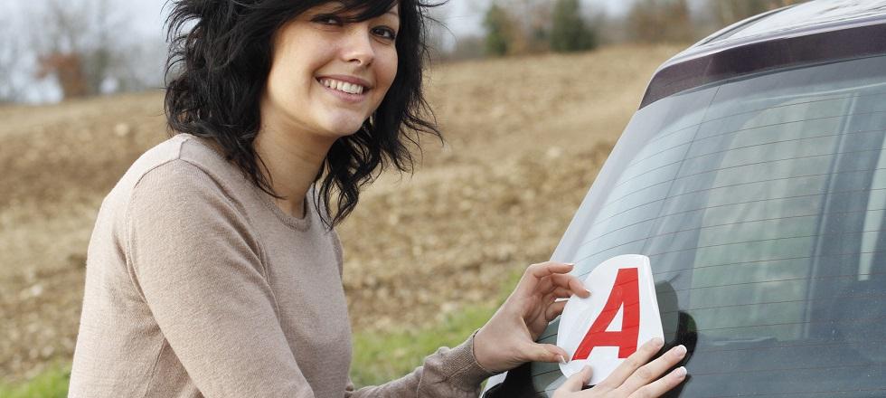 Photographie d'une jeune conductrice appliquant son disque A