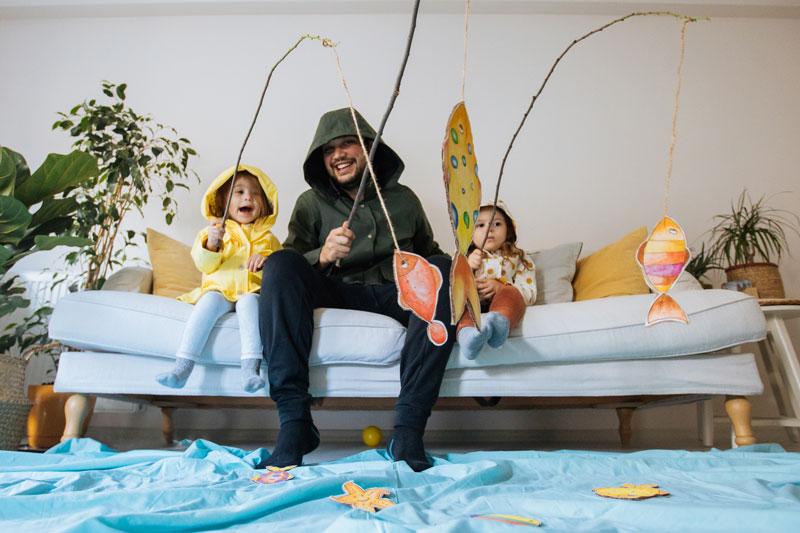 Dzieci bawią się w domu