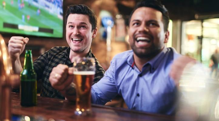 Amigos assistem esportes na SKY TV.