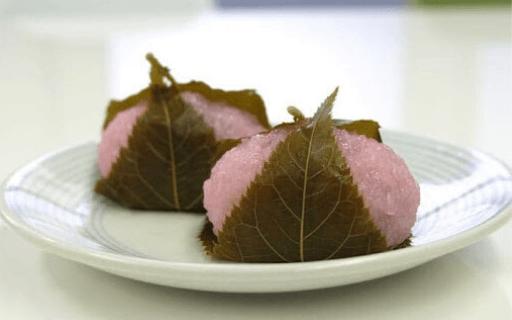 Sakura Mochi makes a super good and unique seasonal dessert, here comes the Spring! Photo: Matcha-JP.