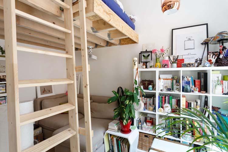 Coin canapé lit et lit mezzanine studio de 18 m² à Paris 18