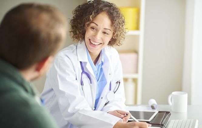 Médica sorrindo para um paciente