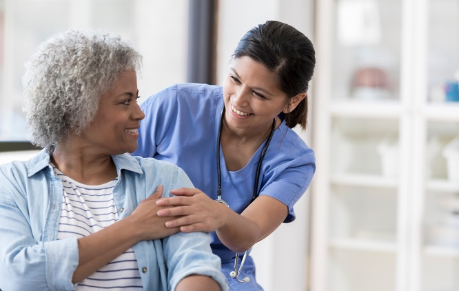 Paciente recebendo cuidado de uma enfermeira
