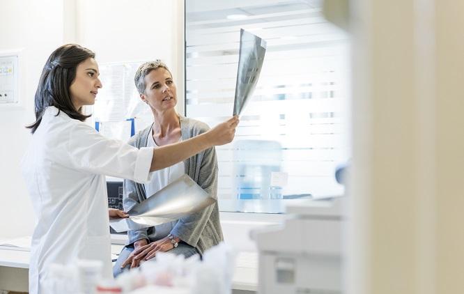 médica mostrando para uma paciente o resultado do raio-x